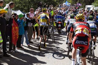 Chris Froome running up the Mont Ventoux after breaking his bike in a crash with a moto at the 2016 Tour de France