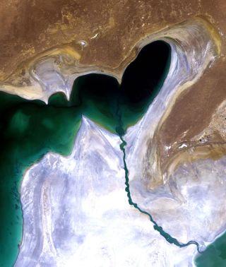 shrinking-aral-sea-101108-02