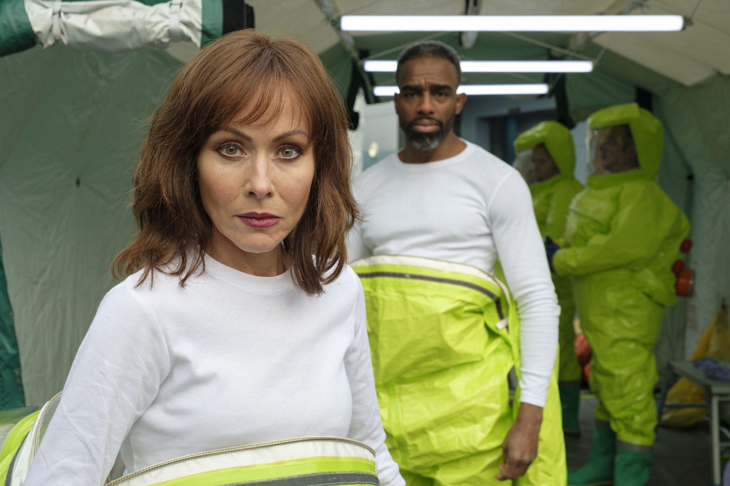 Connie y Jacob en trajes protectores en el episodio desaparecido de Casualty