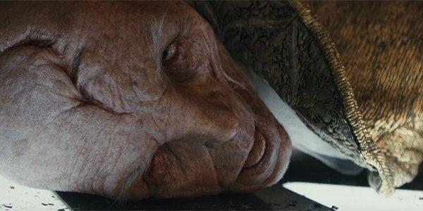 Snoke lying dead in his throne room