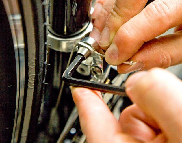 Затянуть крепежный болт на переднем переключателе