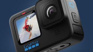 The GoPro Hero 10 Black mot en blå bakgrund
