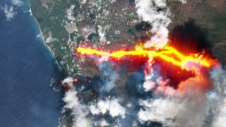 This Sentinel-2 image of the La Palma volcanic eruption have been processed in true color, using the shortwave infrared channel to highlight the new flow of lava.