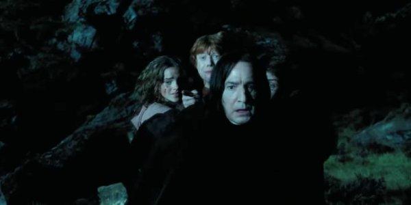 Severus Snape mencoba menghentikan mantra Quirinus pada sapu Harry Potter.
