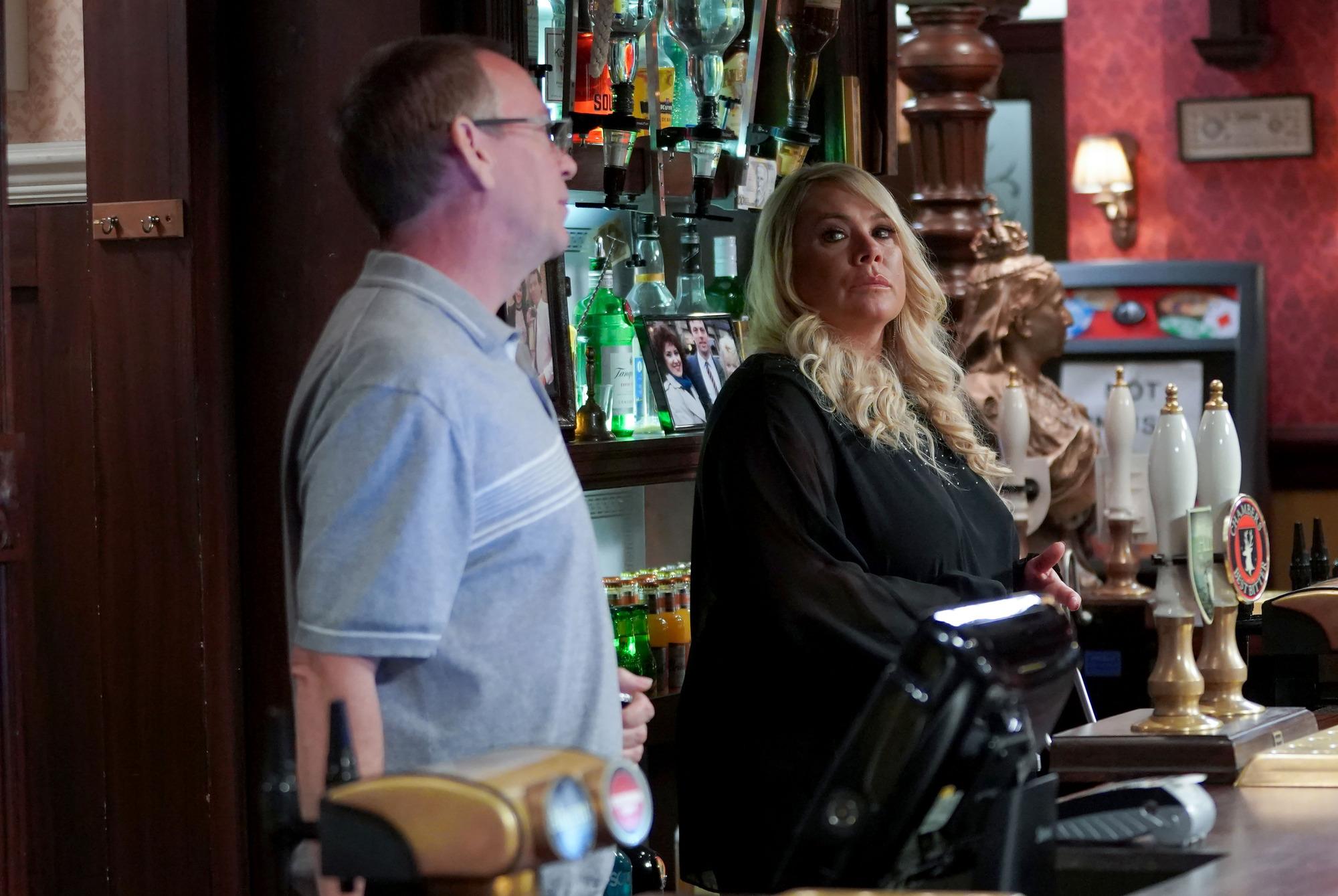 Sharon e Ian están detrás del bar Queen Vic en EastEnders