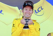 Jan Bakelants (RadioShack Leopard) puts on the yellow jersey