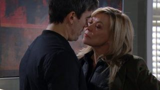 Kim tries it on with Cain in Emmerdale
