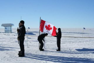 Memorial service for plane crew members at South Pole