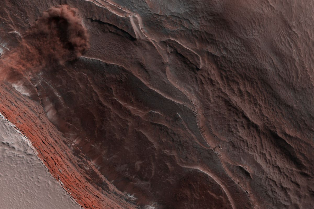 Avalanche on Mars Kicks Up Dirt Near Red Planet's North Pole in Amazing Photo