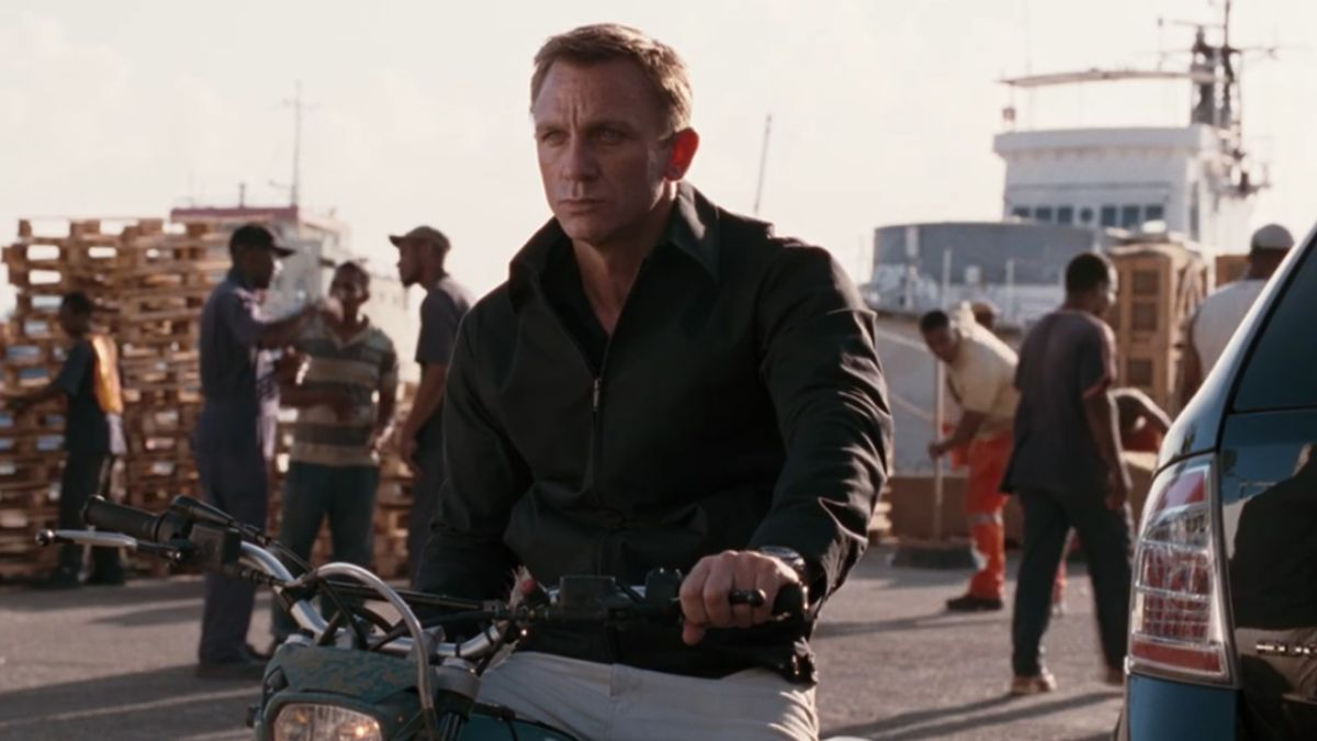 A Hilarious Continuity Error Gets Pointed Out In One Of Daniel Craig's James Bond Films, And He Reacts