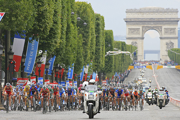 Peloton on Champs Elysees