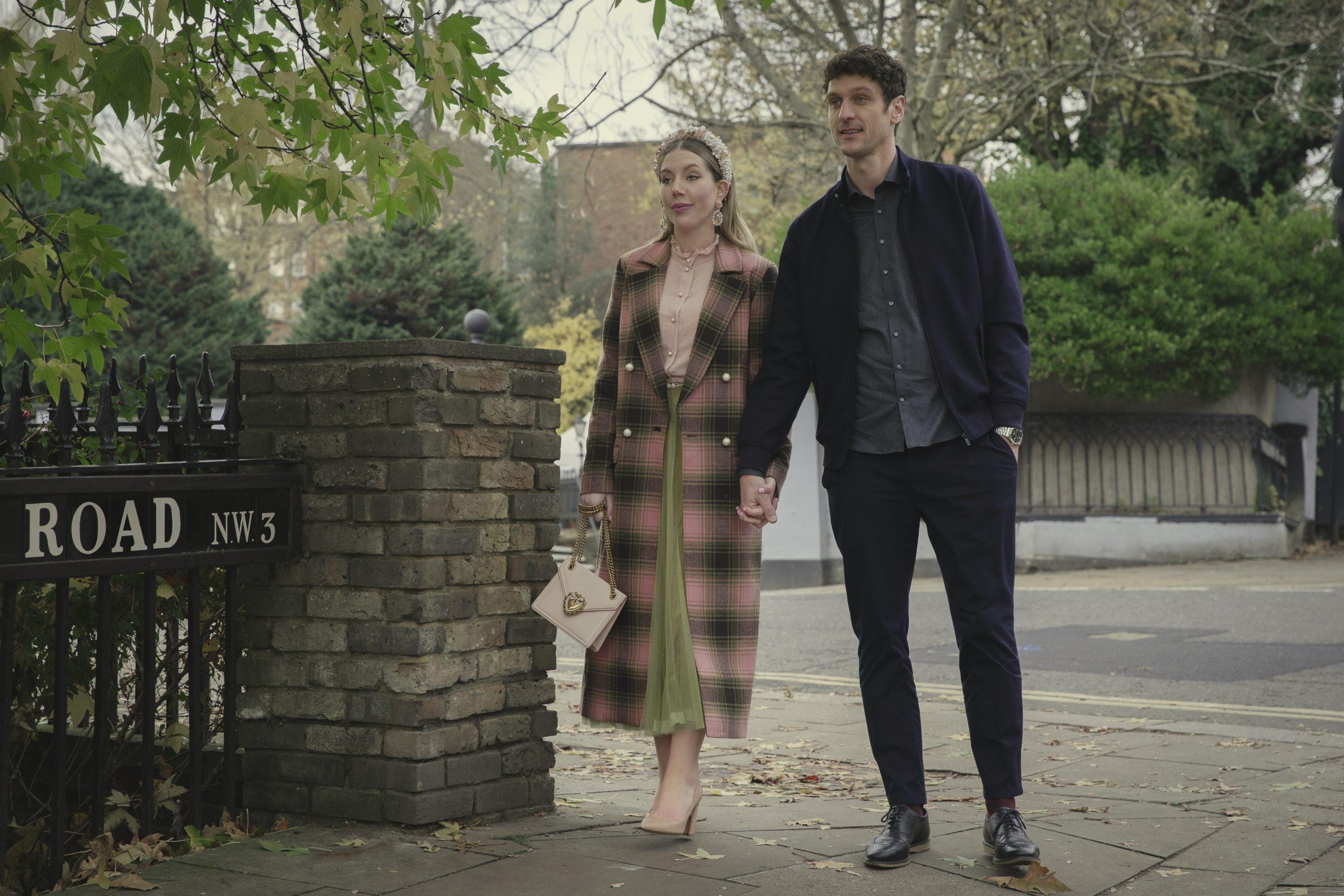 Katherine y Evan se paran juntos en la Duquesa tomados de la mano