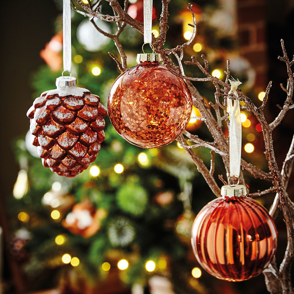 Christmas Tree With Baubles: 15 Beautiful Christmas Baubles