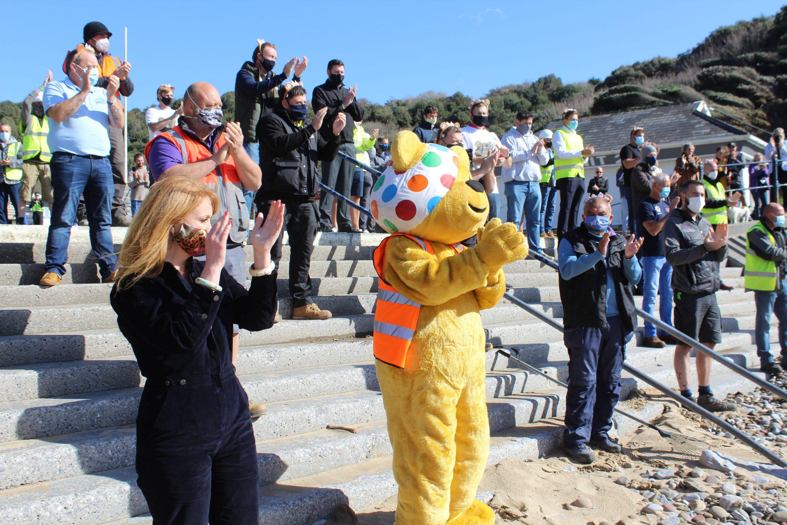 Pudsey Bear y muchos voluntarios en el especial de bricolaje SOS para niños necesitados de este año