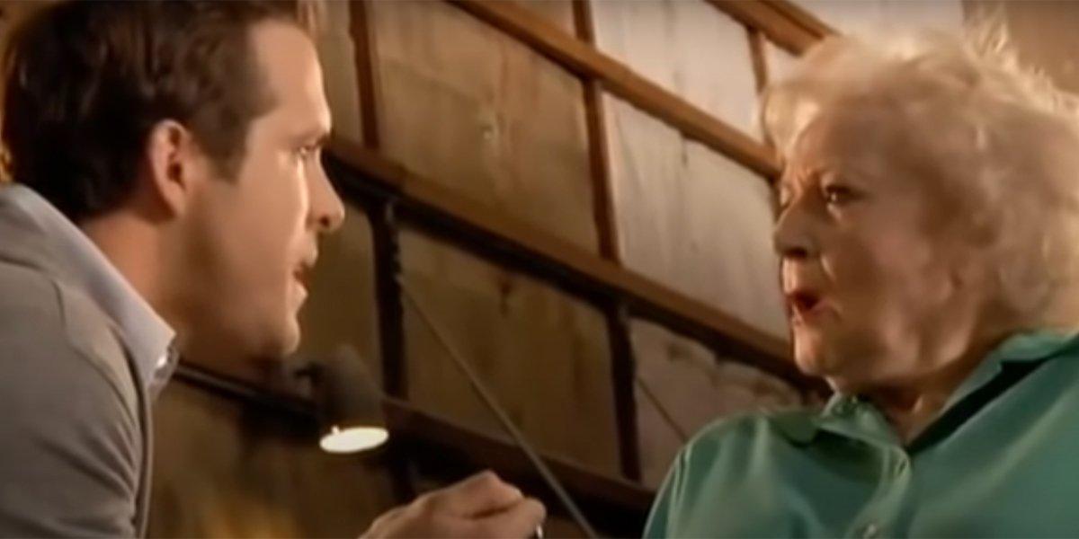 Когда Бетти Уайт исполняется 99 лет, Райан Рейнольдс рассказывает, что в тот раз они поссорились из-за предложения