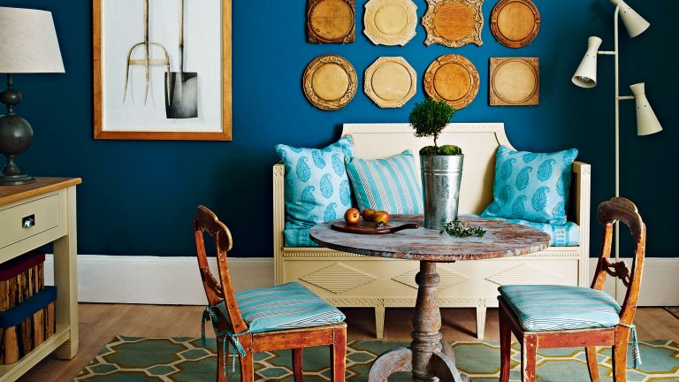 Small dining room ideas with blue wall and round table