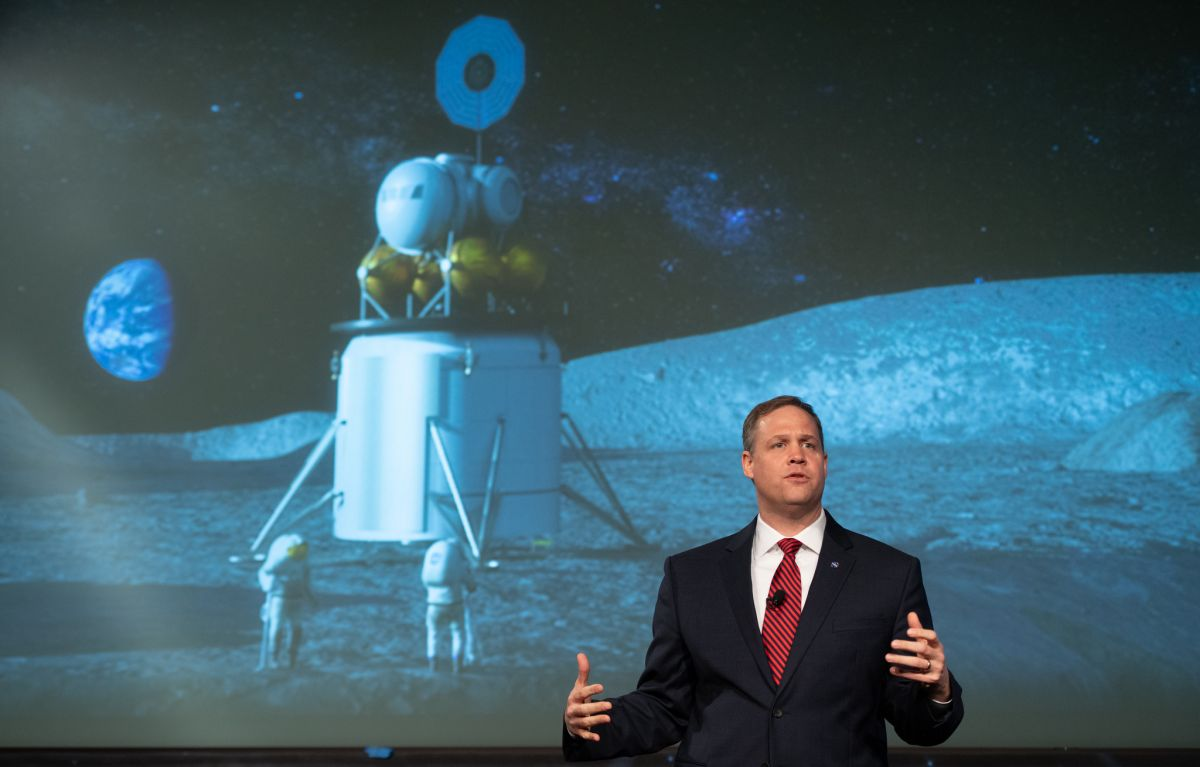 This Is NASA's Plan to Land Astronauts on the Moon in 2028 ...