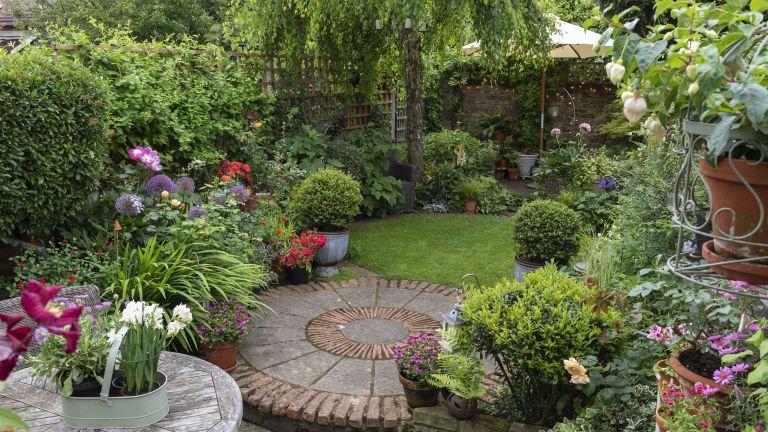 Garden makeover with circular linking