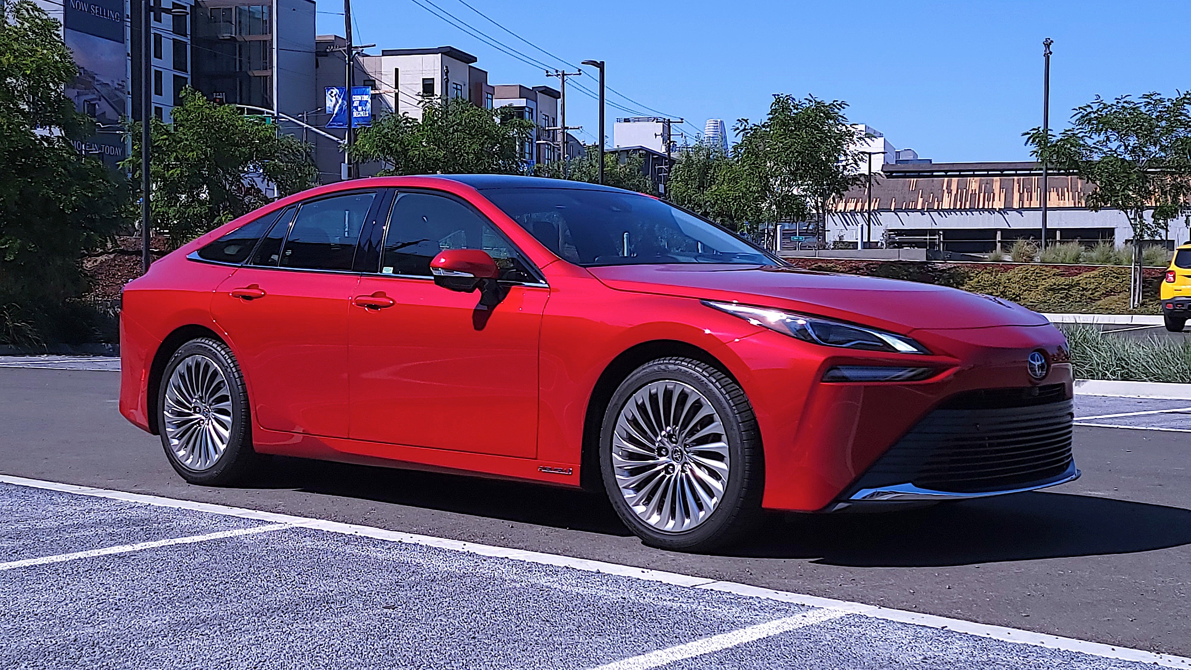 Front view, at an angle, of Toyota Mirai (2021)
