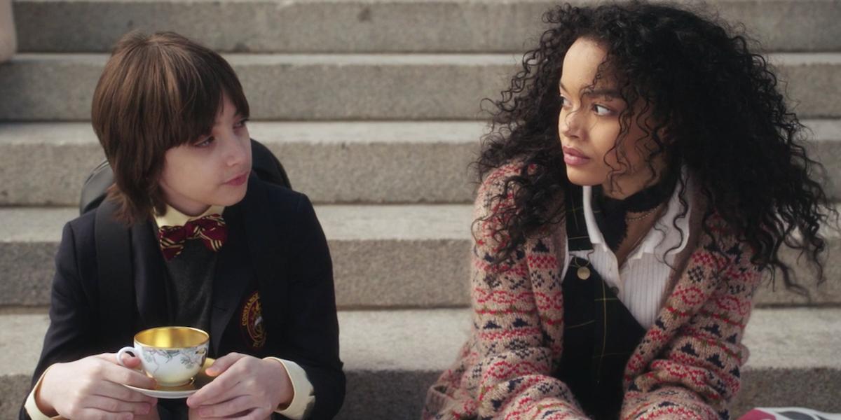 Milo Sparks talks to Zoya Lott on the steps in Gossip Girl