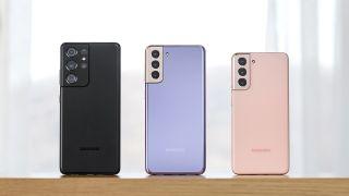 El Samsung Galaxy S21, el Samsung Galaxy S21 Plus, y el Samsung Galaxy S21 Ultra visto desde atrás