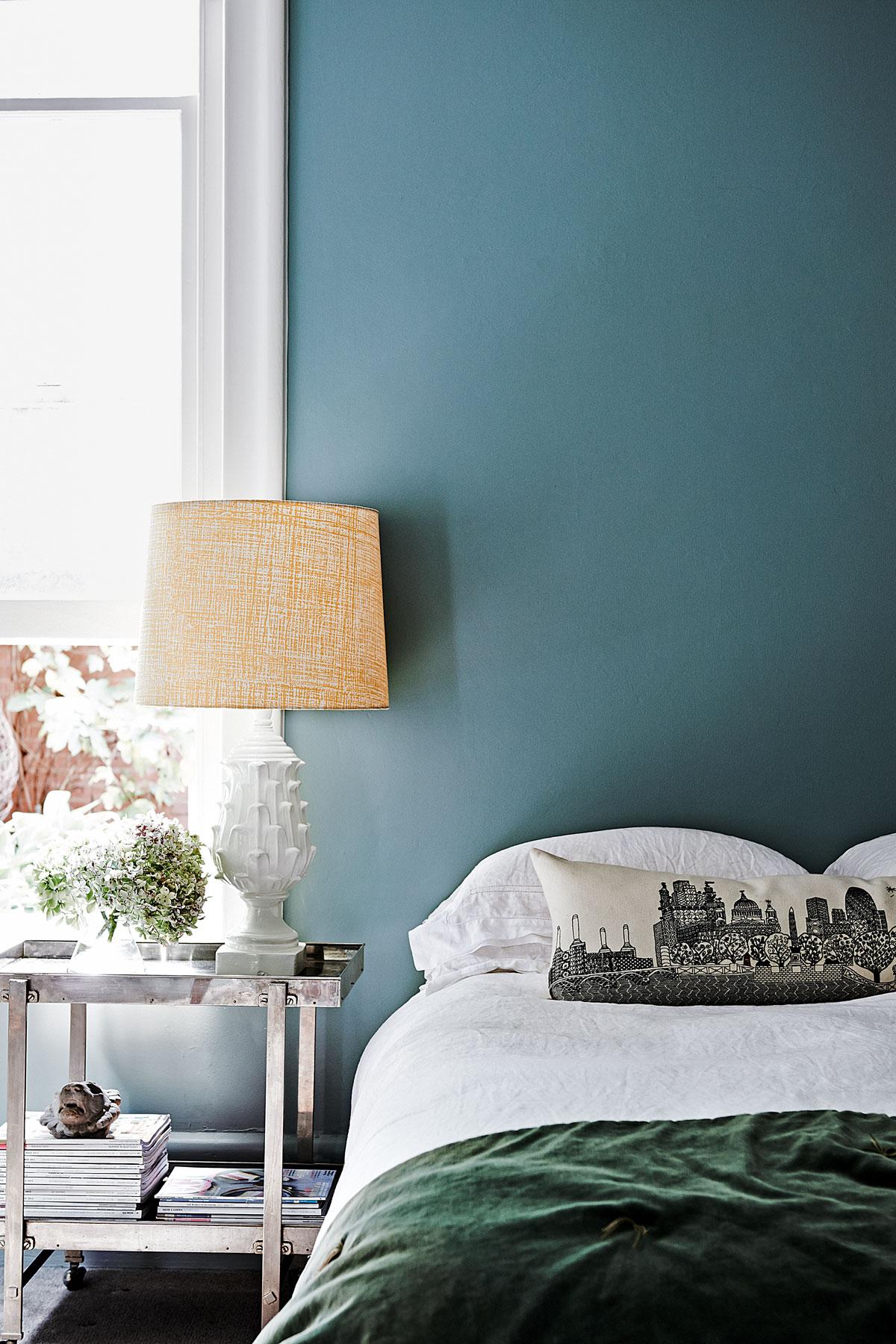 灰蓝色墙面的卧室