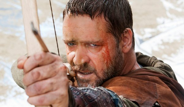 Russell Crowe drawing a bow and arrow in Robin Hood