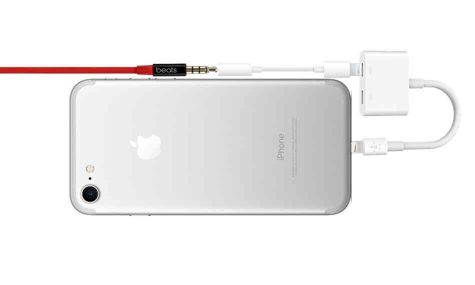size 40 c6ec5 78418 Charging the iPhone 7 While Using Headphones is a Mess | Tom's Guide