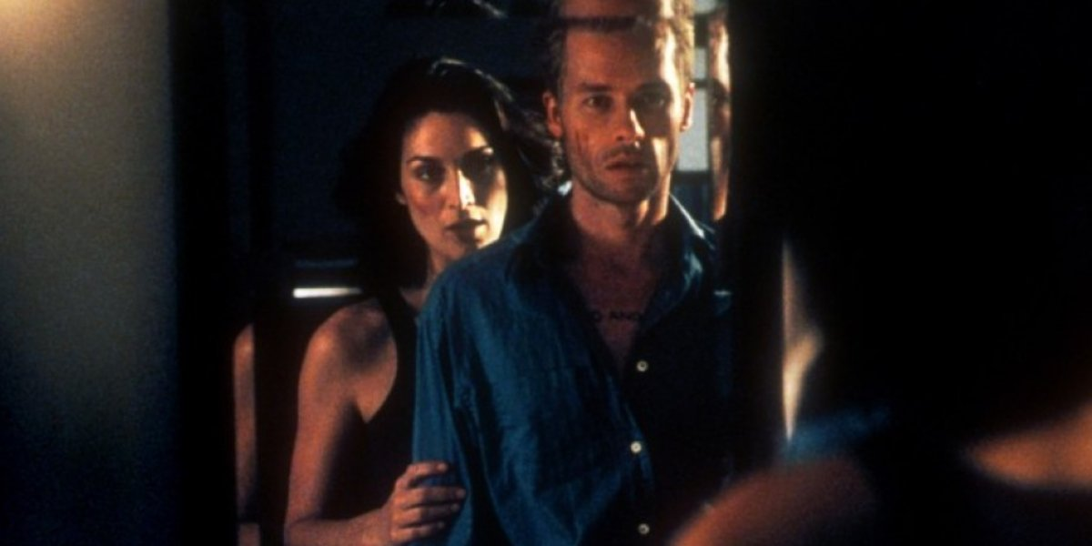 Carrie-Anne Moss and Guy Pearce in Memento