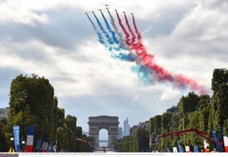 Jets launch the final day of racing along the Champs Elysees