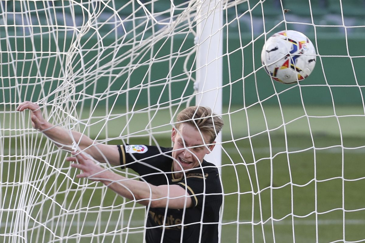 Frenkie de Jong catches Ronald Koeman's eye in Barcelona's win at Elche