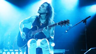 Nuno Bettencourt performs live