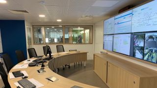 To improve its operations management, the French National Railway Company recently built a new control tower and outfitted it with video walls with VuWall VuScape controllers.