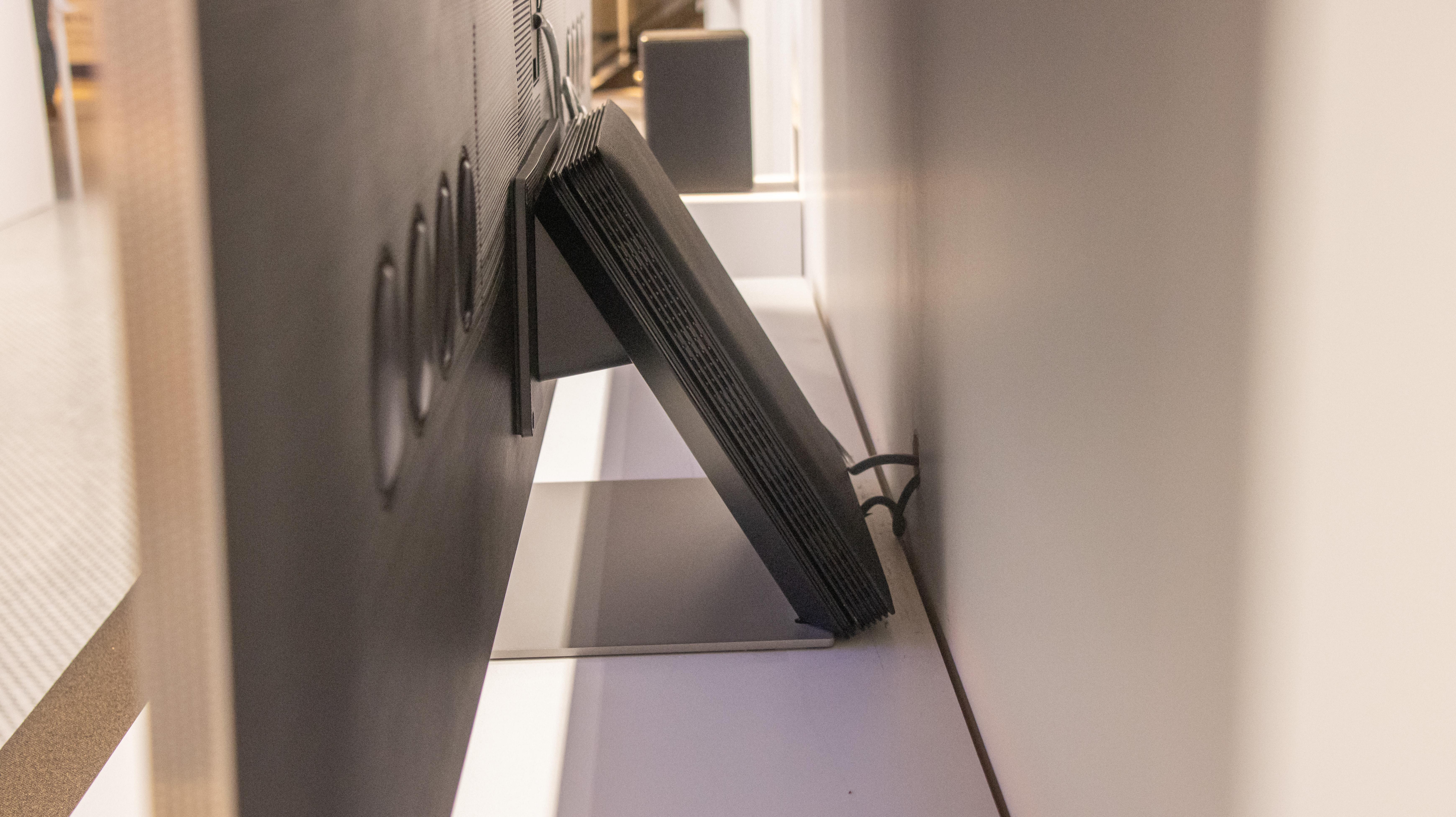 Bokosi la Samsung One Connect lokwera pa bulaketi ya QN900A.