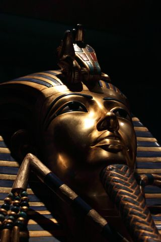 death mask of king tut.