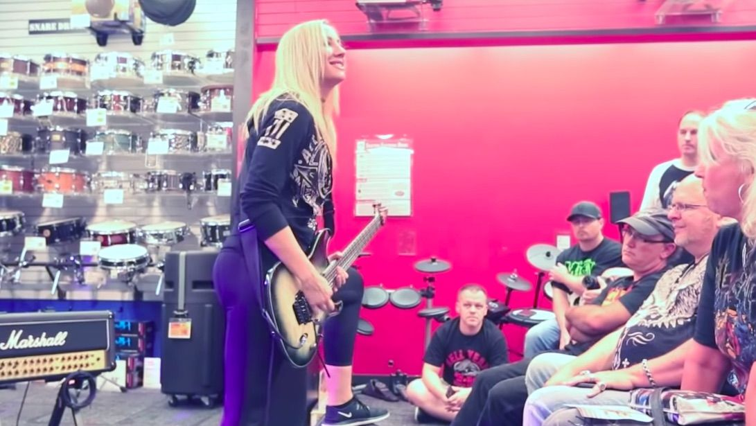 watch nita strauss conduct a guitar center workshop in new 39 road to chaos 39 episode guitarworld. Black Bedroom Furniture Sets. Home Design Ideas