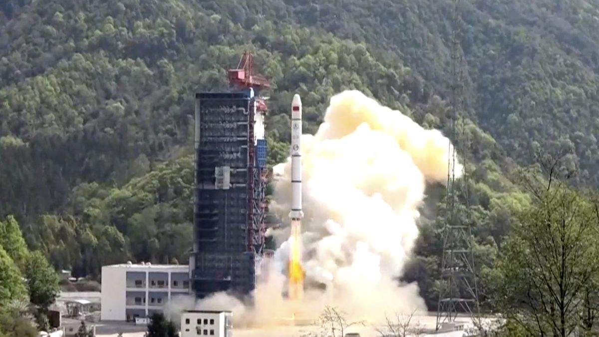 China's Long March 2C rocket launches military surveillance satellites into orbit - Space.com