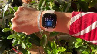 Fitbit Sense om håndled