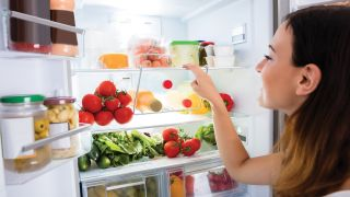 How to clean a refrigerator using only natural cleaning products