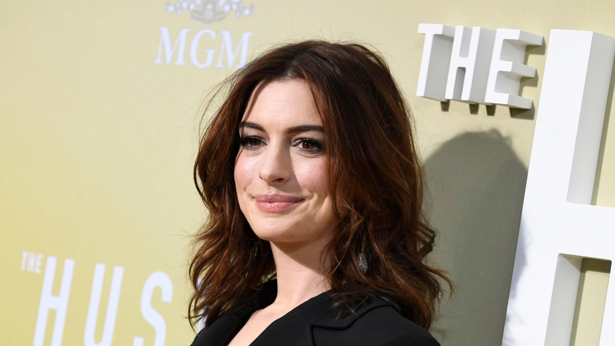 Anne Hathaway once borrowed this texturizing hair spray from a set (it's THAT good)