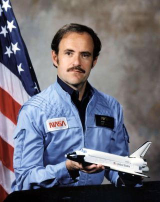 Astronaut Mike Lounge's official NASA portrait.
