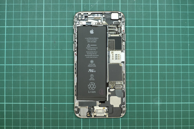Vista de cerca del interior, el compartimento y la batería del iPhone de Apple.  iPhone demolido.