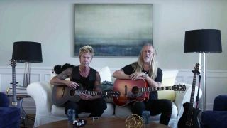 Jerry Cantrell next to Duff McKagan in a sofa