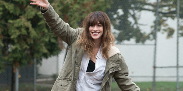 Anne Hathaway Gloria drunk in a park in Colossal