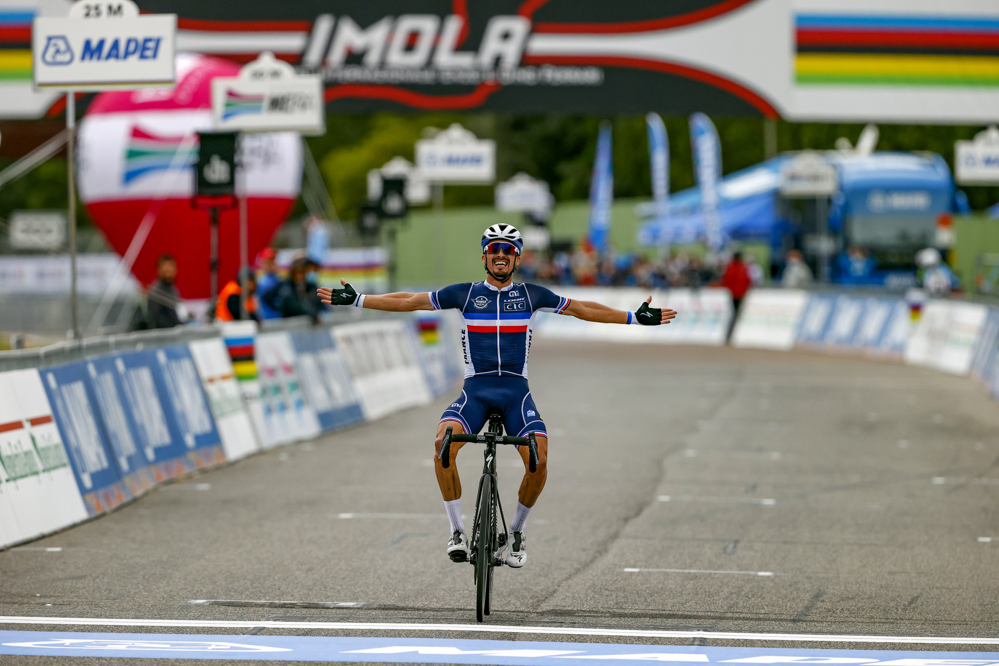 Julian Alaphilippe wins the men's road race at the 2020 UCI World Road Championships