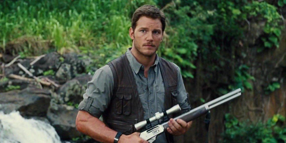 Chris Pratt holding rifle in Jurassic World