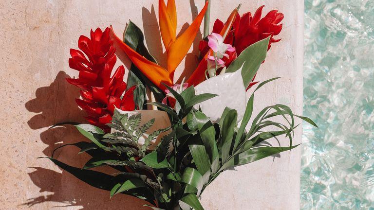 Tropical bouquet trend