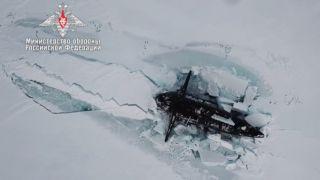 俄罗斯拥有的三艘核潜艇同时通过演习突破了几英尺厚的北极冰层。
