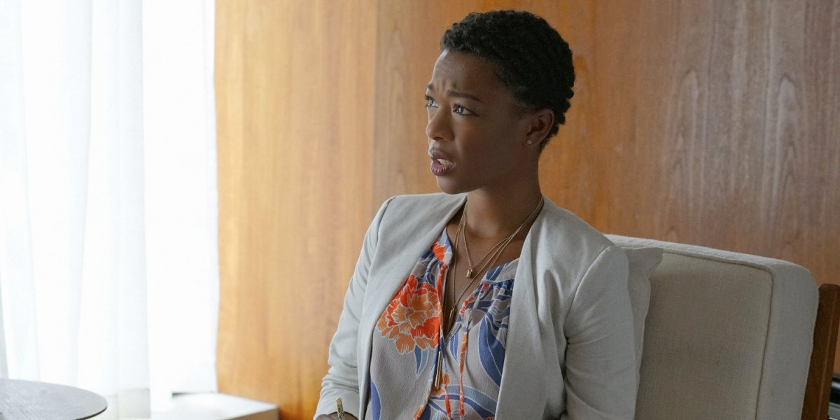Samira Wiley as Gretchen in her office in You're The Worst.