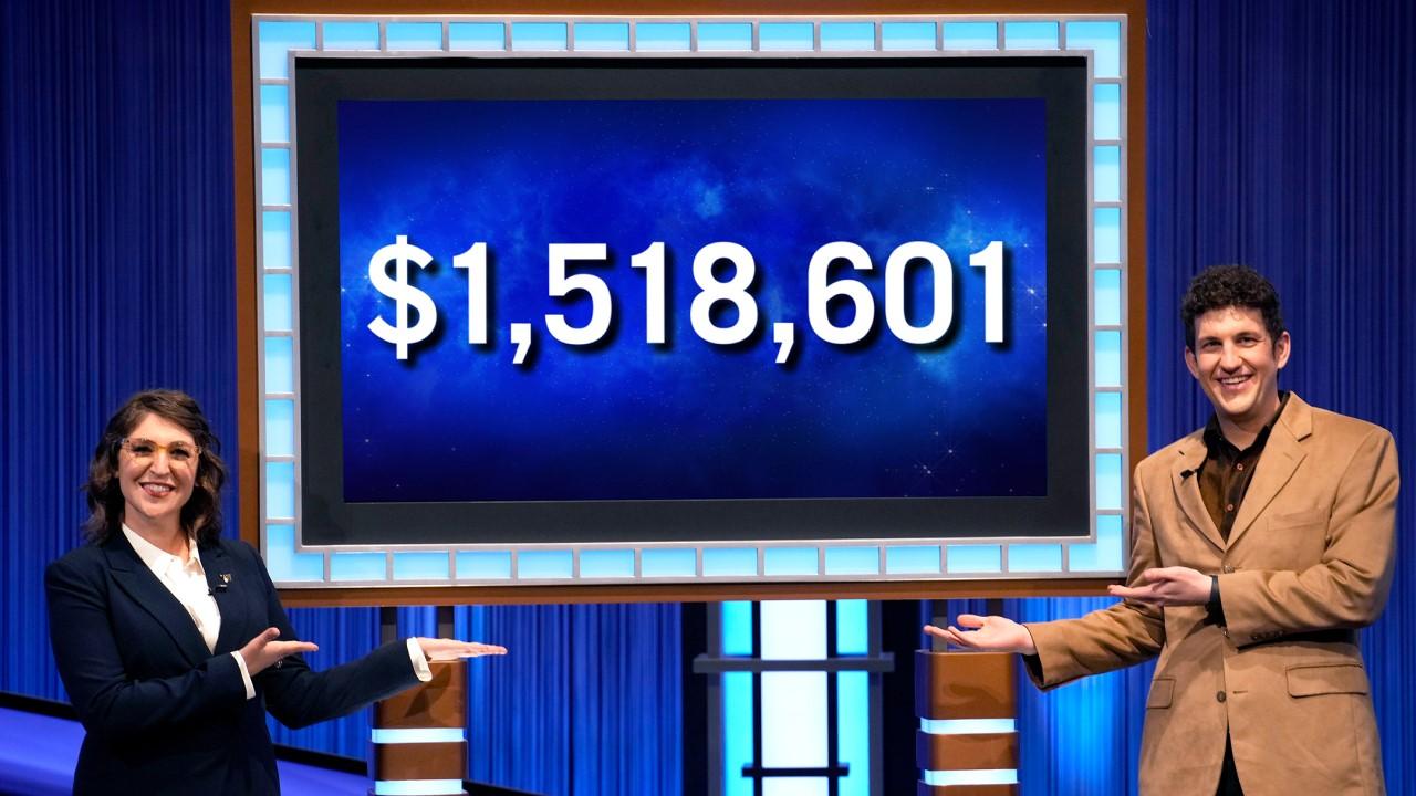 Matt Amodio ve Mayim Bialik, Jeopardy galibiyet serisini kutluyor